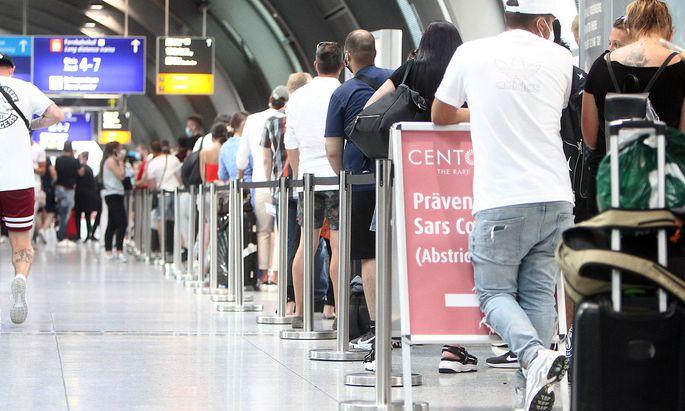 Rekord Ansturm von Reiserueckkehrern und Einreisende n- zumeist aus Spanien und Laendern des Balkan s - auf einen Covid-1