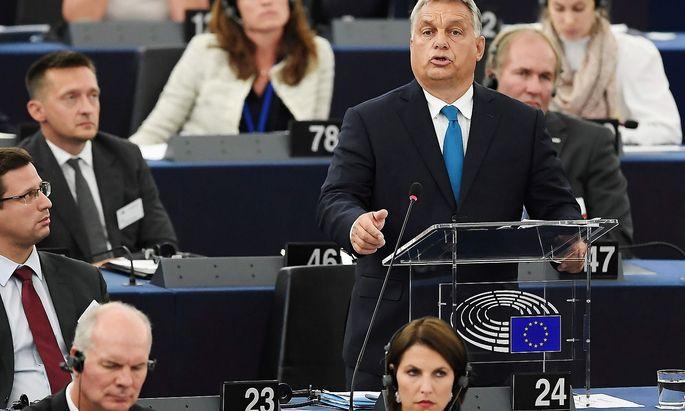 Viktor Orbán während seiner Rede im EU-Vorlament - im Vordergrund: Staatssekretärin Karoline Edtstadler.