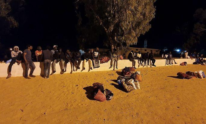 Überlebende des Luftangriffs auf das Flüchtlingslager Tajoura in Libyen: Dutzende Menschen kamen ums Leben.
