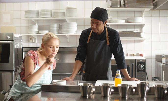 Die Wirtin (Anna-Maija Tuokko) und ihr neuer Koch (Chu Pak Hong): So beginnt die Liebe.