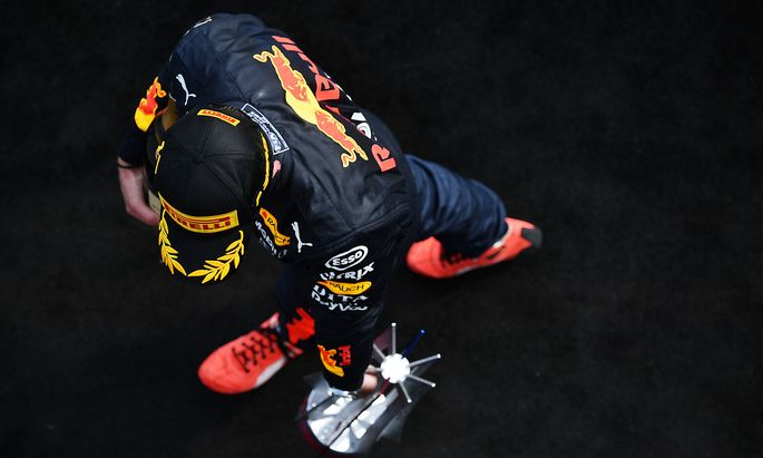 Max Verstappen mit dem Pokal