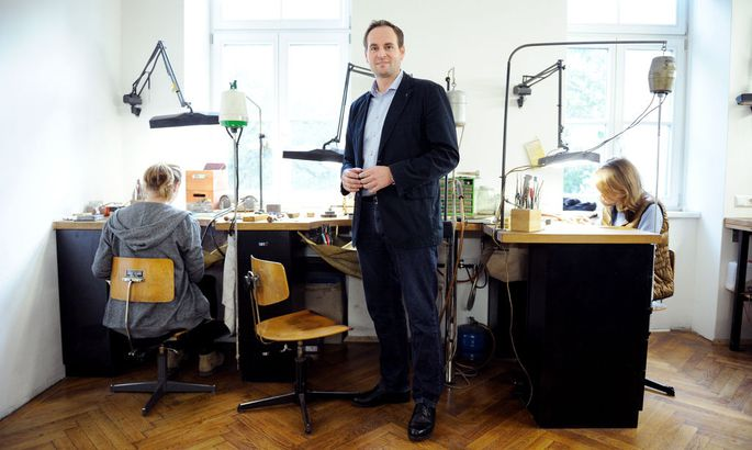 Hier werden die Leopoldstädter Schmuckunikate produziert: Goldschmied Stefan Nikl in seiner kleinen Werkstatt.