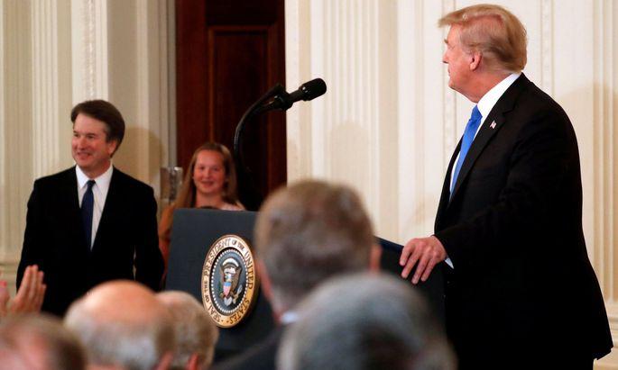 Donald Trump (re.) beruft Brett Kavanaugh in das US-Höchstgericht.