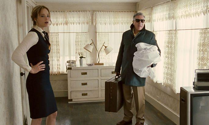 Joy (Jennifer Lawrence) lässt sich von ihrer Familie, u. a. ihrem Vater (Robert de Niro), ausbeuten. Später wird sie Matriarchin eines Haushaltsimperiums.