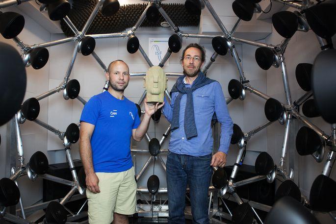 Der neue Laborraum des Instituts für Schallforschung: An der Stelle, an der Michael Mihocic und Bernhard Laback den Kunstkopf halten, sitzt künftig ein Proband.
