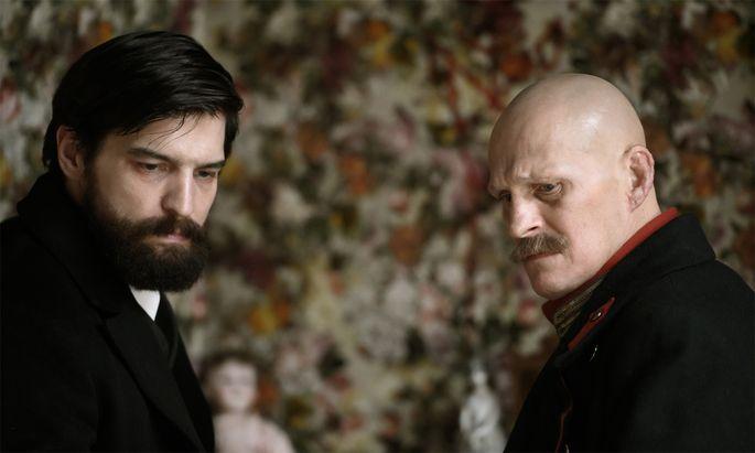 Im Bild (v.li.): Robert Finster (Sigmund Freud), Georg Friedrich (Alfred Kiss).