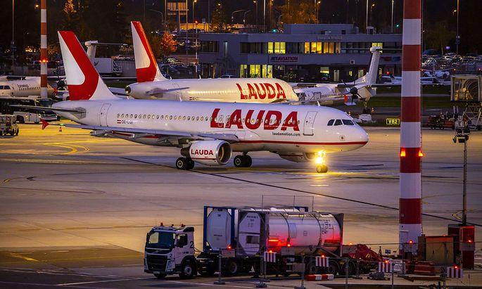 Flughafen D�sseldorf International, DUS, Laudamotion, Flieger auf dem Vorfeld, *** D�sseldorf International Airport, DUS