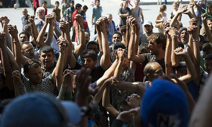 Ungarn ließ hunderte Flüchtlinge, die am Budapester Bahnhof gewartet hatten, mit dem Zug ausreisen.