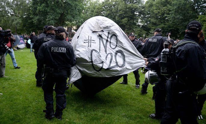 Katz-und-Maus- Spiel zwischen Demonstranten und Polizei in Hamburg.