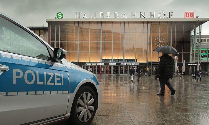 Polizei vor dem Kölner Hauptbahnhof, wo sich die Übergriffe ereigneten