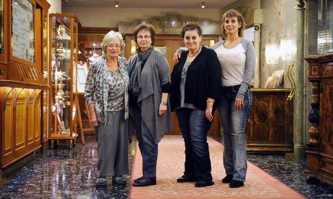Elizabeth Miller, Vera Sasson, Vera Jitric und ihre Tochter Pnina Edwards (v. l.) im Hotel Stefanie.