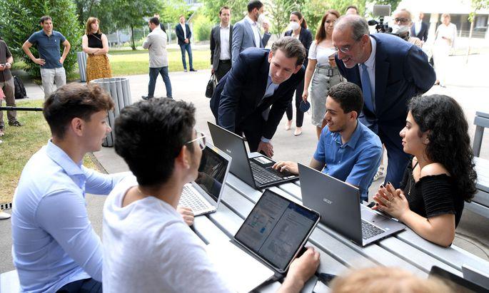 Kanzler Kurz und Bildungsminister Faßmann wollen die angekündigte Digitalisierungsoffensive in der fünften und sechsten Schulstufe im Herbst in die Tat umsetzen.