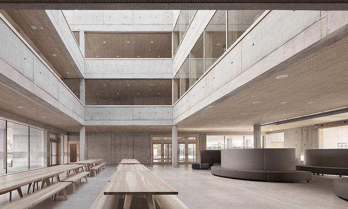 Das neue Schulzentrum in Bregenz- Schendlingen findet sowohl bei Fachleuten als auch den eigentlichen Nutzern Anklang. Es wurde unter anderem mit einem Bauherrenpreis der ZV der Architekten Österreichs ausgezeichnet.