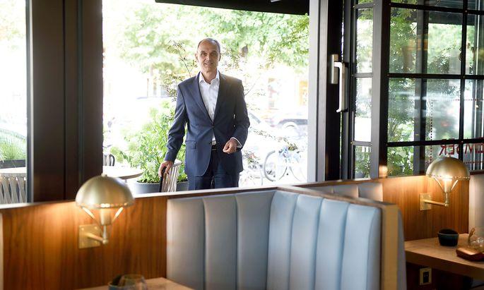 Norbert B. Lessing, Country General Manager von Hilton Austria im nagelneu renovierten Hilton Vienna Park in Wien Mitte.