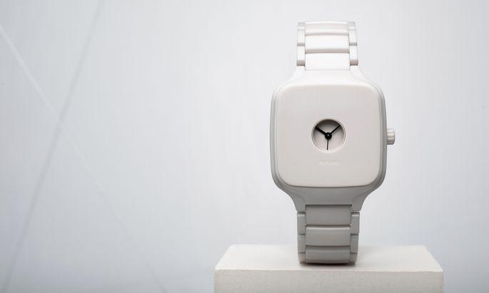 """Undercover. Die Rado """"True Square Formafantasma"""" aus massiver Hightech-Keramik bedient sich des historischen Konzepts einer geschlossenen Uhr. Preis: 2540 Euro."""