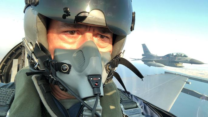 Kommen sich die Jets der Großmächte im östlichen Mittelmeer in die Quere? Auch der türkische Verteidigungsminister flog bei einem Patrouillenflug im Cockpit mit.