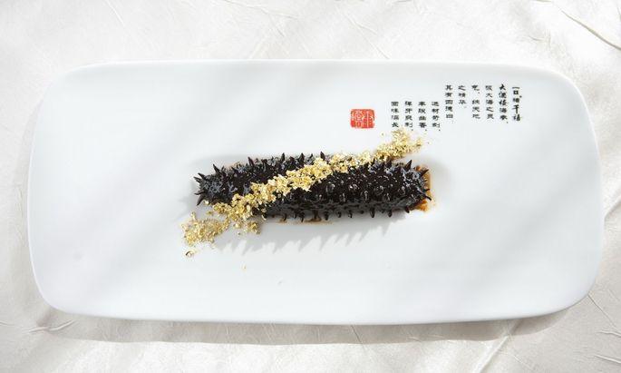 In der internationalen Spitzengastronomie wird gern mit Gold verziert, wie hier diese Seegurke in China.
