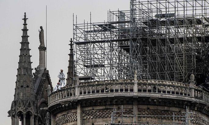 Das Gerüst und die Reinigunsarbeiten im Dache der Kathedrale Notre-Dame werden nach der Brandkatastrophe kritisch beäugt.