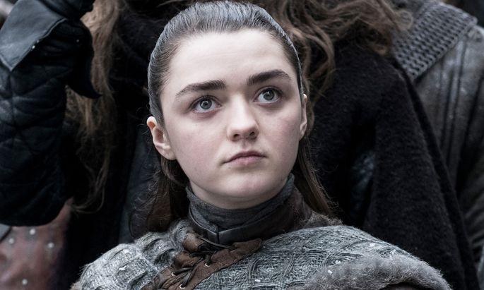 Arya Stark (Maisie Williams) beobachtet die Ankunft von Jon Snow.