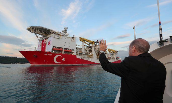 Recep Erdogan winkt einem Boot zu, das Bohrungen im Schwarzen Meer vornimmt.