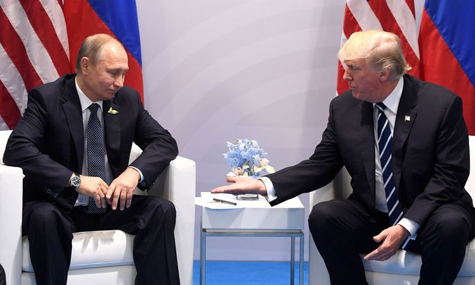 """""""Es ist eine Ehre, Sie zu treffen"""", meinte US-Präsident Donald Trump, als er am Freitag erstmals mit dem russischen Staatschef, Wladimir Putin, zusammentraf. Die beiden Präsidenten hatten am Rande des G20-Gipfels in Hamburg ihre erste direkte Unterredung."""
