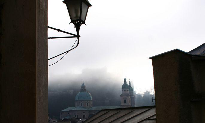 Salzburg kann durchaus auch gruselig sein: Hier der Blick von der Kirche am Mönchsberg in Richtung der Festung.