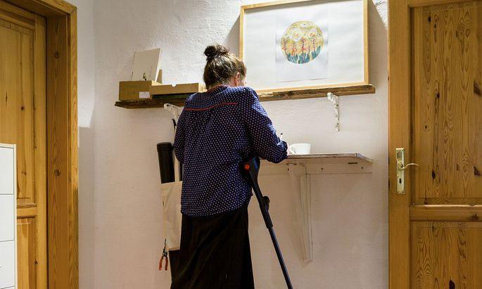 Wie krank macht uns der Job? Mobilitätseinschränkungen zeigen sich gegen Ende des Berufslebens bei Frauen häufiger.