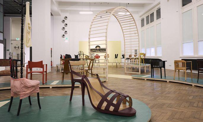 """Alte Thonet-Sessel und neue Interpretationen wie jene von Birgit Jürgenssen hier im Vordergrund: das äußerst biegsame """"Sessel-Ballett"""" im MAK."""