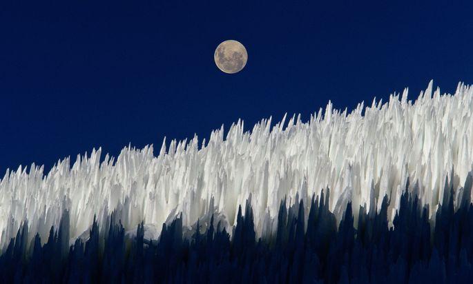 """Eisstrukturen wie diese """"Penitentes"""" in den Anden gibt es auch auf dem Pluto, dort ragen sie Hunderte Meter hoch."""