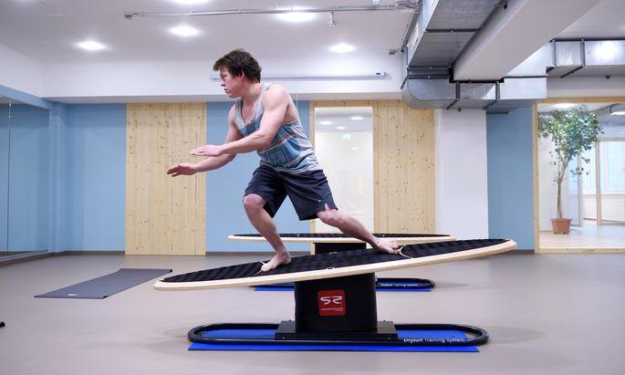 Surfen wie auf einer richtigen Welle, nur ohne Wasser. Moritz Mistelbauer steht auf einem Drysurf-Board.