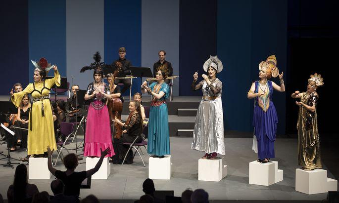 Sechs Musen in schrillen Kostümballoutfits huldigten dem Barockkomponisten Joseph Fux.