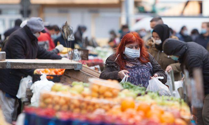 Massive regionale Unterschiede gibt es nicht nur bei der Ausbreitung, sondern auch bei der Eindämmung vor Ort. Im Bild ein Markt in Wien, wo die Zahlen erfreulicherweise wieder leicht zurückgehen.
