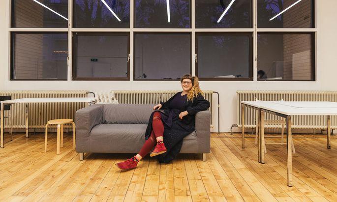 Auf der Bühne ist Barbis Ruder Influenca, eine selfieliebende Figur des Internets.