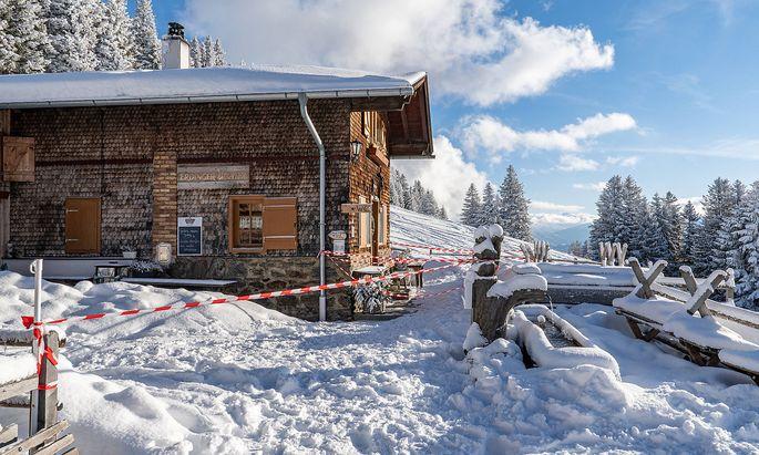 26.12.2020 / Patscher Alm im Winter, Patscherkofel, Patsch, Tirol, Austria / verschneite Alm gesperrt / Auswirkungen du