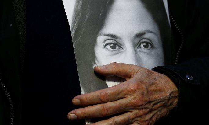 Der Vater von Daphne Caruana Galizia hält bei einer Demonstration ein Bild seiner ermordeten Tochter.