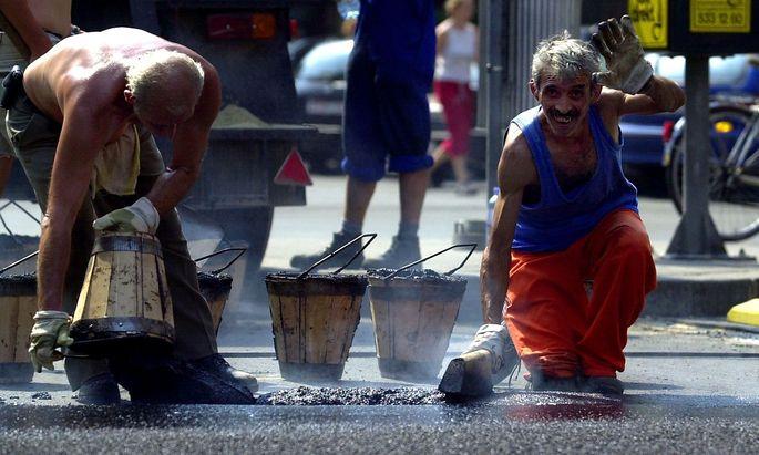 Feature: Bauarbeiter leiden oft unter der großen Hitze, in diesem Fall auch noch durch die Arbeit mit Asphalt