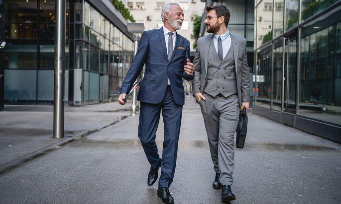 Ein Mentor begleitet seinen Mentee auf dem Karriereweg, vermittelt Kontakte und kann auch konkreten Rat geben.
