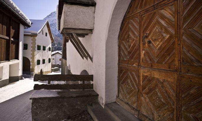 In den Orten des Unterengadin wie hier in Scuol ist der romanische Dialekt Vallader verbreitet.