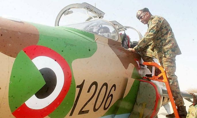 Sudans Airchief Salah al-Din Abdel-Khalig Saeed besichtigt einen der neuen FTC-2000-Trainer aus China