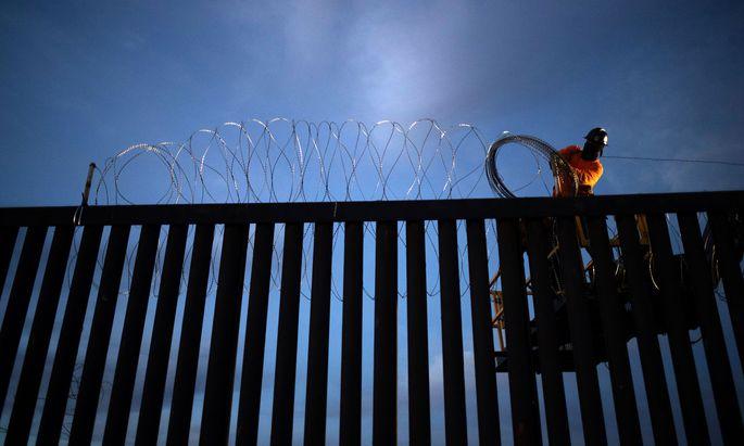 """""""Finish the Wall"""" – so lautet der Slogan Trumps, um seine Anhänger zufriedenzustellen. Mit Sondergeldern will er die Grenzanlagen zu Mexiko ausbauen."""