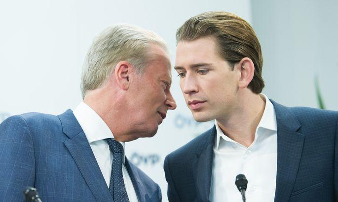 Reinhold Mitterlehner (l.) ist mit dem Kurs seines Nachfolgers Sebastian Kurz nicht einverstanden.