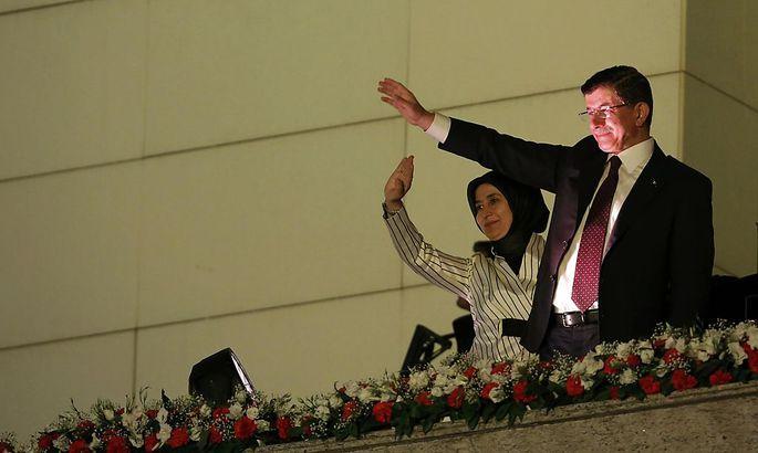 Er stand in der AKP eigentlich zur Wahl: Ministerpräsident Davutoglu, der nach dem bitteren Wahlsieg seinen Anhängern in Ankara zuwinkt.