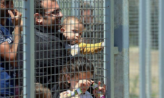 Flüchtlinge warten nahe der ungarischen Transitzone.