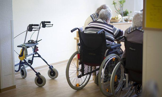 Bewohner des Alten und Pflegeheims auf Borkum am Mittagstisch 16 10 2013 MODEL RELEASE vorhanden