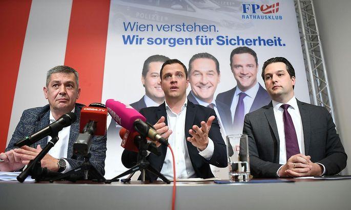 v.l.: Gesundheitssprecher Wolfgang Seidl (FPÖ), FPÖ-Klubobmann Johann Gudenus und FPÖ-Vizebürgermeister Dominik Nepp