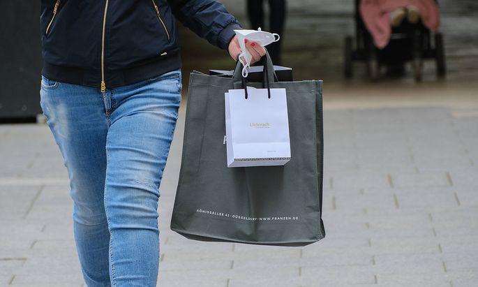 D�sseldorf 08.05.2021 Einkaufen shoppen Einkaufstaschen Papiertaschen Papier Taschen Einkaufsbummel Einkaufstasche Papi