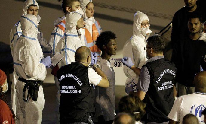 Nach Tagen auf dem Mittelmeer haben die 137 Migranten das Schiff verlassen.