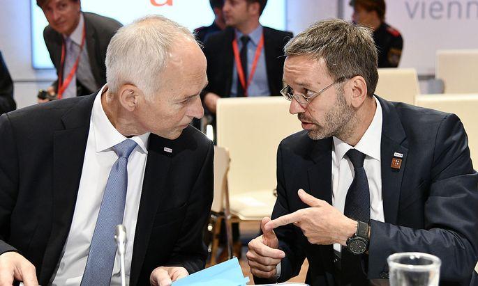 Innenminister Kickl (rechts) beschwert sich, dass Generalsekretär Goldgruber (links) nicht mit Vorhalten konfrontiert worden sei
