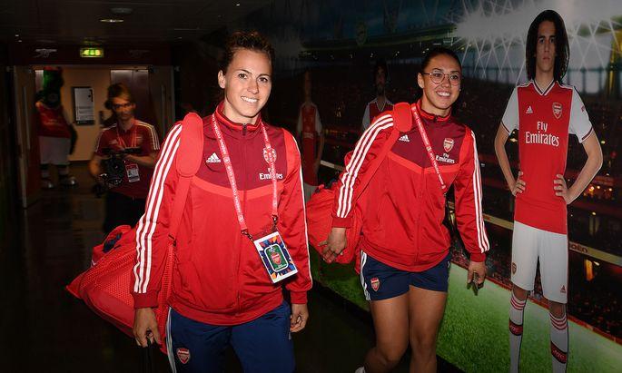Viktoria Schnaderbeck (l.) und Manuela Zinsberger streben mit Arsenal nach der Titelverteidigung.
