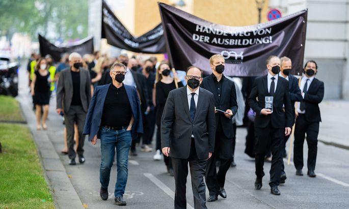 PROTESTMARSCH OeSTERR. AeRZTEKAMMER (OeAeK) GEGEN NOVELLE DES AeRZTEGESETZES